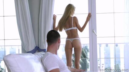 Милая блондинка возбудила парня нежным бельем и кончила на его члене