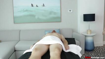 Страстно подрочила клиенту во время массажа
