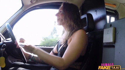 Таксист лесбиянка трахнула красивую спутницу возле машины