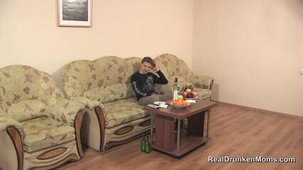 Парень набухал зрелую мамину подругу и выебал раком на диване