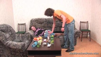 Молодой патлатый парень воспользовался пьяным состоянием зрелой тётки и выебал ее