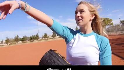 Любительница бейсбола раскрыла ножки перед парнем
