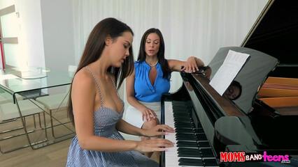 Учительница музыки трахнулась с своей ученицей и ее парнем