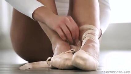 Парень залил спермой ножки гибкой балерины