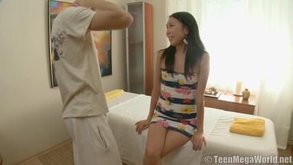 Азиатка с плоской грудью была жестко натянута массжистом