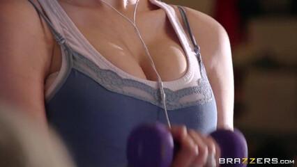 Фитнес порно видео с пышногрудой фитоняшкой во время тренировки