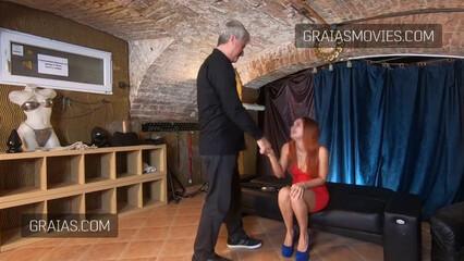 Седовласый мужик цепляет Renata Fox прищепки на руки и сиськи