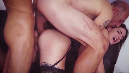 Групповой секс с горничной в чулках на порно кастинге