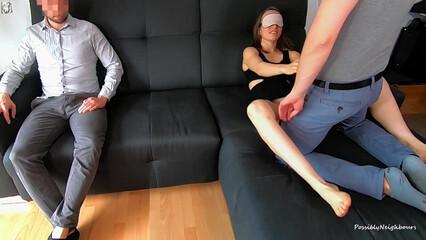 Жена при муже занимается сексом и наслаждается развратом