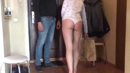 Порно русская модель расплатилась с курьером сексом